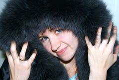 Die Frau in einer Haube vom Pelz Stockfoto