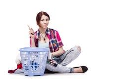 Die Frau ermüdete nach dem Handeln der Wäscherei, die auf Weiß lokalisiert wurde Lizenzfreies Stockfoto