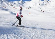 Die Frau fährt an einem Skiort Ski lizenzfreie stockfotos