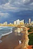 Die Frau führt Yoga in Tel Aviv durch stockfoto