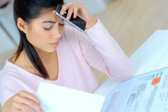 Die Frau, die an Finanzen arbeitet, sorgte sich verbrauchen ungefähr Kosten lizenzfreies stockbild