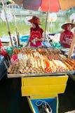 Die Frau, die Fischfrikadelle verkauft, haftet an sich hin- und herbewegendem Markt Klong Hae, Hatyai, Thailand Lizenzfreie Stockfotografie