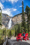 Die Frau fotografiert den Wasserfall Stockfotos