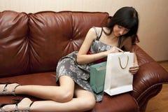 Die Frau freut sich zu den Geschenken Stockbild