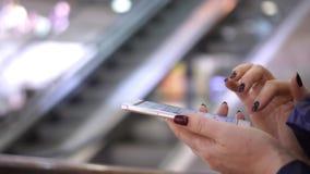 Die Frau hält den Smartphone in der Hand Großaufnahme von den weiblichen Händen, die Smartphone, unter Verwendung des mit Berühru stock video footage