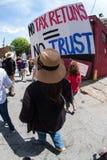 Die Frau hält Zeichen gehend in Atlanta-Trumpf-Steuer März Lizenzfreie Stockfotografie