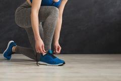Die Frau, die herauf Spitze auf Sport bindet, beschuht Nahaufnahme lizenzfreies stockfoto