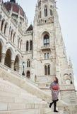 Die Frau, die hinunter Schritte des Parlaments in Budapest geht, schaute zurück Stockbild