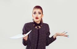Die Frau, die Ihnen halten frustriert betrachtet, tapeziert Vertrag nervös lizenzfreie stockfotos