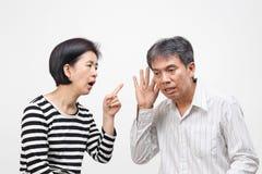 Die Frau, die ihren Finger gegen zeigt und tadeln ihren Ehemann stockbild