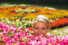 Die Frau im Blumengarten Stockfotografie