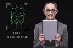 Die Frau im Gesichtserkennungskonzept stockfotografie