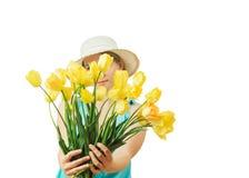 Die Frau im Hut macht einen Fan von den Tulpen, die auf weißem Hintergrund lokalisiert werden Stockbilder