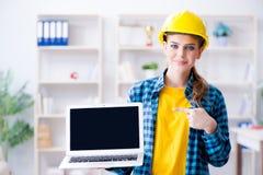 Die Frau im industriellen blogging Konzept Stockfotos