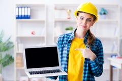 Die Frau im industriellen blogging Konzept Stockfoto