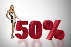 Die Frau im 50-Prozent-Verkaufskonzept stockbilder