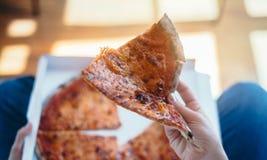 Die Frau, die Italiener isst, nehmen Pizza zu Hause weg lizenzfreie stockfotos