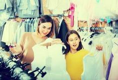 Die Frau 25-29 Jahre alt mit dem Mädchen 10-15 Jahre alt erwerben Fa Stockfotos