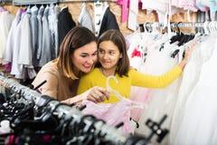 Die Frau 25-29 Jahre alt mit dem Mädchen 10-15 Jahre alt wählen COM Stockfoto