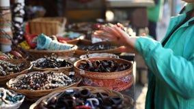 Die Frau kauft einen Ring stock footage