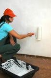 Die Frau malt die Wand Lizenzfreie Stockfotografie