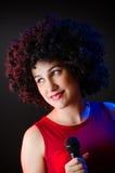 Die Frau mit Afrofrisur singend lizenzfreies stockfoto