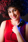 Die Frau mit Afrofrisur singend im Karaoke Stockfotos