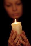 Die Frau mit brennender Kerze Stockbilder