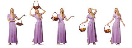 Die Frau mit dem Obstkorb lokalisiert auf Weiß Lizenzfreie Stockfotografie