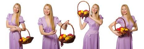 Die Frau mit dem Obstkorb lokalisiert auf Weiß Stockbilder