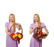 Die Frau mit dem Obstkorb lokalisiert auf Weiß Lizenzfreie Stockfotos