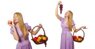 Die Frau mit dem Obstkorb lokalisiert auf Weiß Lizenzfreie Stockbilder
