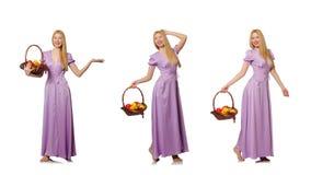 Die Frau mit dem Obstkorb lokalisiert auf Weiß Stockfoto