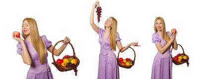 Die Frau mit dem Obstkorb lokalisiert auf Weiß Lizenzfreies Stockbild