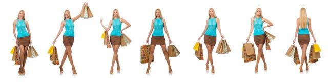 Die Frau mit den Einkaufstaschen lokalisiert auf Weiß Lizenzfreie Stockfotos