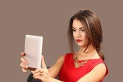 Die Frau mit der Tablette wird fotografiert Stockfoto