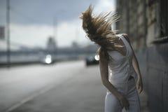 Die Frau mit einem langen Haar Stockfotografie