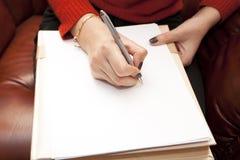 Die Frau mit einem sauberen Papierblatt spezifiziert Stockfotografie