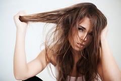 Die Frau mit einem wilden ungesunden Haar Stockfotografie