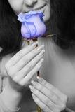Die Frau mit einer blauen rosafarbenen Nahaufnahme Stockfotografie