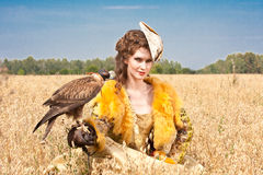 Die Frau mit Falken hat einen Rest Lizenzfreie Stockfotos