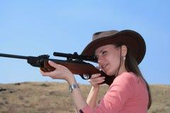 Die Frau mit Gewehr Stockfoto