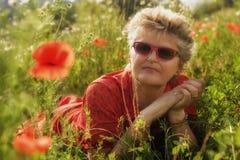 Die Frau mit Mohnblumen Stockfoto