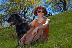 Die Frau mit schwarzem Labrador Stockfotografie