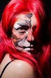 Die Frau mit Tigergesicht in Halloween-Konzept Stockbild