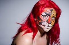 Die Frau mit Tigergesicht in Halloween-Konzept Stockfoto