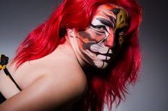 Die Frau mit Tigergesicht in Halloween-Konzept Lizenzfreie Stockfotos