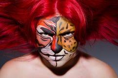 Die Frau mit Tigergesicht in Halloween-Konzept Lizenzfreie Stockbilder