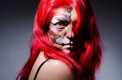 Die Frau mit Tigergesicht in Halloween-Konzept Lizenzfreie Stockfotografie