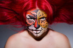 Die Frau mit Tigergesicht in Halloween-Konzept Lizenzfreies Stockfoto